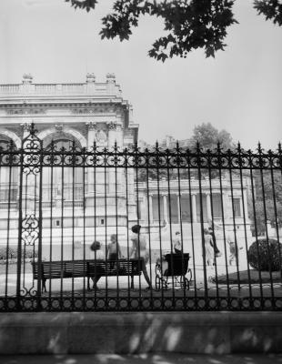 Square Galliera, vers 1950 - Photo : © René-Jacques / BHVP / Roger-Viollet