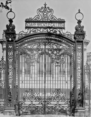 Grille du Square Galliera, XXe siècle - Photo : © Léopold Mercier / Roger-Viollet