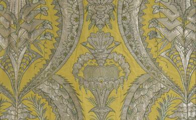 Robe volante, vers 1730 (détail).  Photo : © DE BAECQUE & Associés - Maison de ventes aux enchères