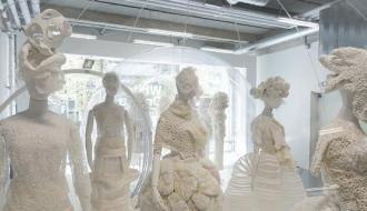 Vue de l'exposition Comme des Garçons White Drama