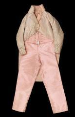 vue d'un habit et pantalon ayant appartenu  à Louis XVII