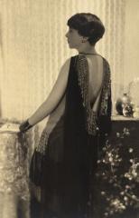 Portrait de Mme Labourdette dans une robe du soir de Suzanne Talbot © Adolphe de Meyer / Galliera / Roger-Viollet
