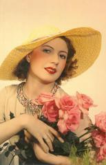 Femme avec chapeau de paille et bouquet de roses dans les bras, par Egidio Scaioni © Egidio Scaioni / Paris Musées, Palais Galliera