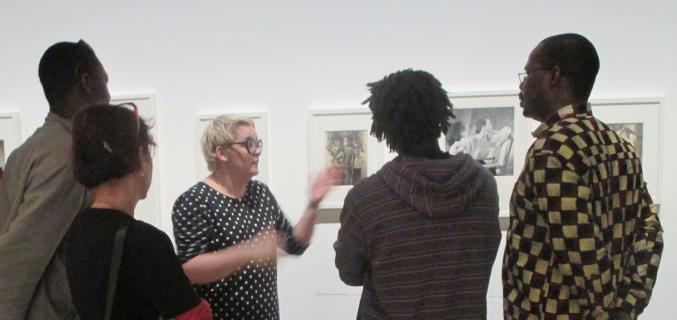 Visite-découverte de l'exposition destinée aux Publics du Champ Social. Photo : © Laure Bernard / Galliera
