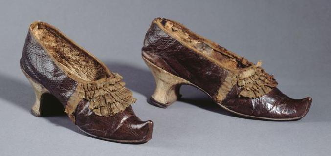 Pair of shoes, circa 1790, donation from the Société de l'Histoire du Costume, GAL1920.1.2163AB