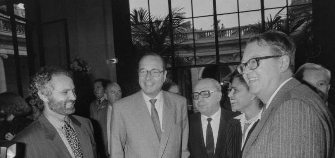 """Monsieur Jacques Chirac au vernissage de l'exposition """"Gianni Versace"""" présentée au Palais Galliera dans le cadre du """"Mois de la Photo"""", octobre 1986. - © Marc Verhille / BHdV / Roger-Viollet"""