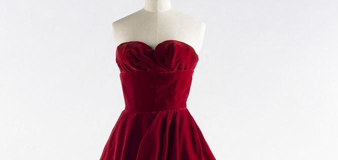 Jean Dessès. Robe 1958. Velours rouge profond. Collection Palais Galliera - © Julien Vidal / Galliera / Roger-Viollet
