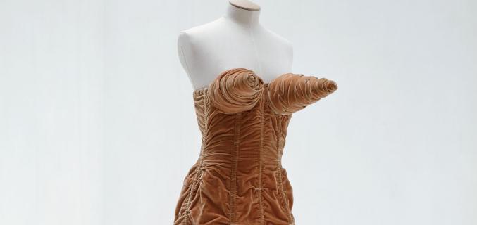 Jean Paul Gaultier, robe dite « seins obus », Automne / Hiver 1984-1985, collection Barbès. Collection Palais Galliera - © Eric Poitevin/ADAGP, Paris 2016