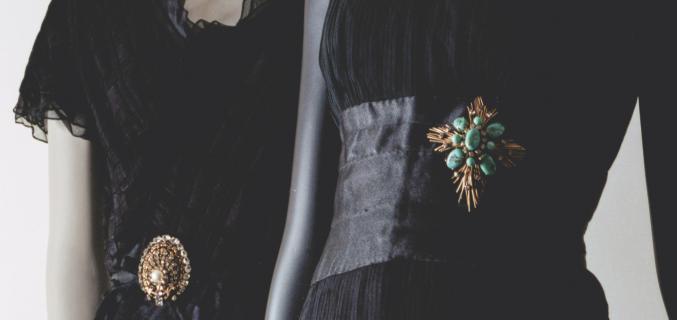 {Gauche} Robe, automne-hiver 1964-1965 ; Paris, Palais Galliera / {Droite} Robe, printemps-été 1959 ; Paris, Patrimoine de CHANEL - © Julien T. Hamon