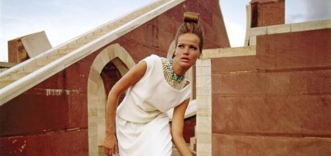 Modèle Veruschka, robe Givenchy pour Adele Simpson, Jantar Mantar, Jaipur, Inde, 1964. © Henry Clarke / Galliera / Roger-Viollet