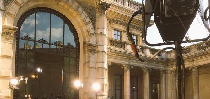 Tournage dans la cours du musée. Photo : © Caroline Chenu / Galliera