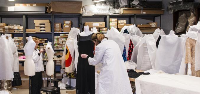 Room of model dressing. Photo : © Emilie Chaix / Mairie de Paris