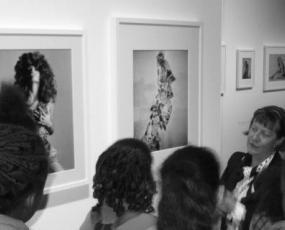 """Visite-conférence de l'exposition """"Papier glacé"""" par Corinne Magne. Photo : © Caroline Chenu / Galliera"""