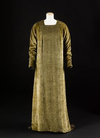 """""""Eleonora"""" gown, Mariano Fortuny © Françoise Cochennec / Galliera / Roger-Viollet"""