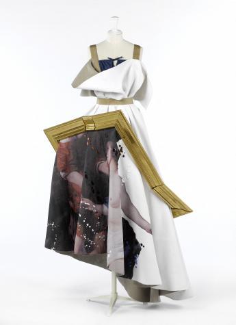 """Robe-tableau """"Sabina"""", Viktor & Rolf © Françoise Cochennec / Galliera / Roger-Viollet"""