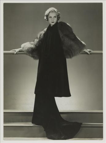 Nathalie Paley dans une robe et un manteau du soir de Lucien Lelong © Dorvyne / Galliera / Roger-Viollet