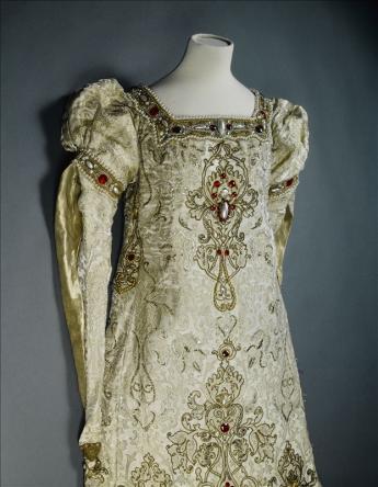 vue d'une robe de scène portée par Sarah Bernhardt