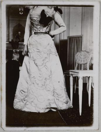 Photo de modèle de la maison Fred 1897 © Galliera / Roger-Viollet