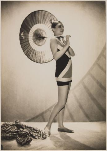 Modèle de profil en combinaison de bain à motifs géométriques et tenant une ombrelle, Lucien Lelong © Egidio Scaioni / Paris Musées, Palais Galliera