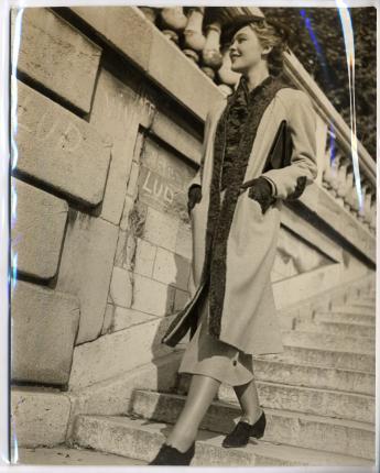 """""""Ensemble O'Rossen, chapeau Suzy, jardin des Tuileries, Paris"""", par Jean Moral © Jean Moral / Paris Musées, Palais Galliera"""