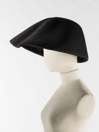 Chapeau cloche, Balenciaga, vers  1965. © Julien Vidal/Galliera/Roger-Viollet